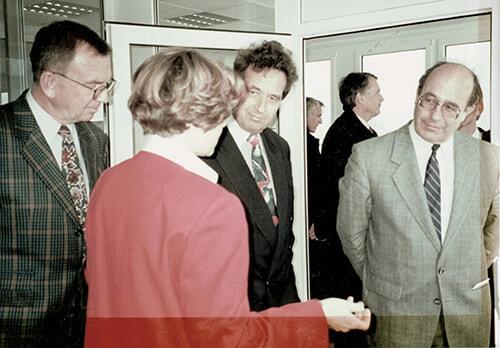 Dr.in Angelika Karl mit Landeshauptmann Dr. Wendelin Weingartner und anderen Gästen bei der Eröffnung des MPL-Labors 1993